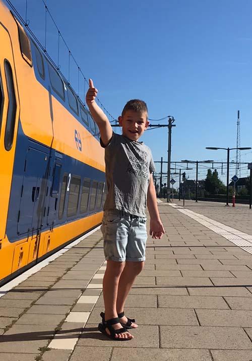 Jongetje bij trein Nijmegen voor TVN Zorgt ambulant team